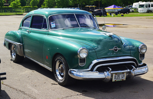 1949 Oldsmobile 88 and its Rocket 88 engine. | Flickr photo by Greg Gjerdingen cropped and published